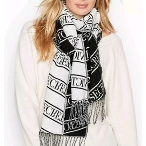 VS Winter Scarf fringed white and black